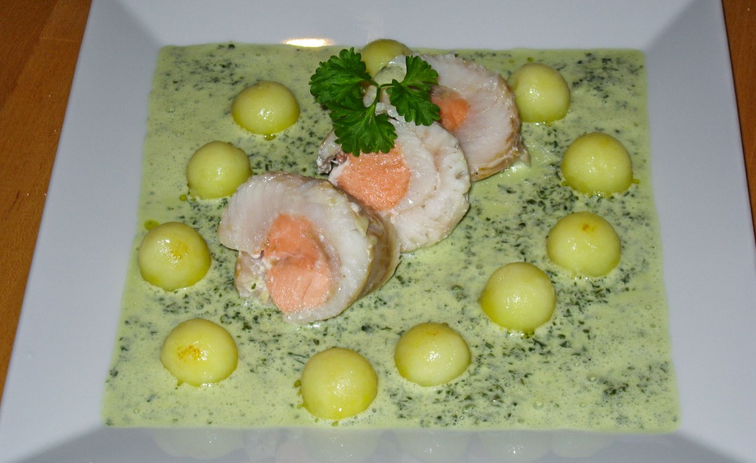 Fischrolle auf Petersilienschaum mit Kartoffelkugeln