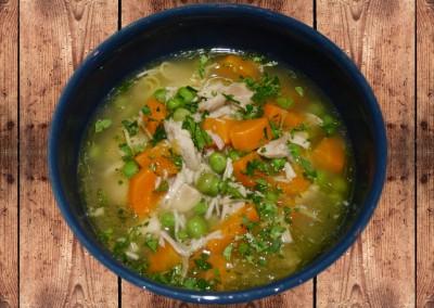 Hühnersuppe mit Erbsen, Karotten und Fadennudeln
