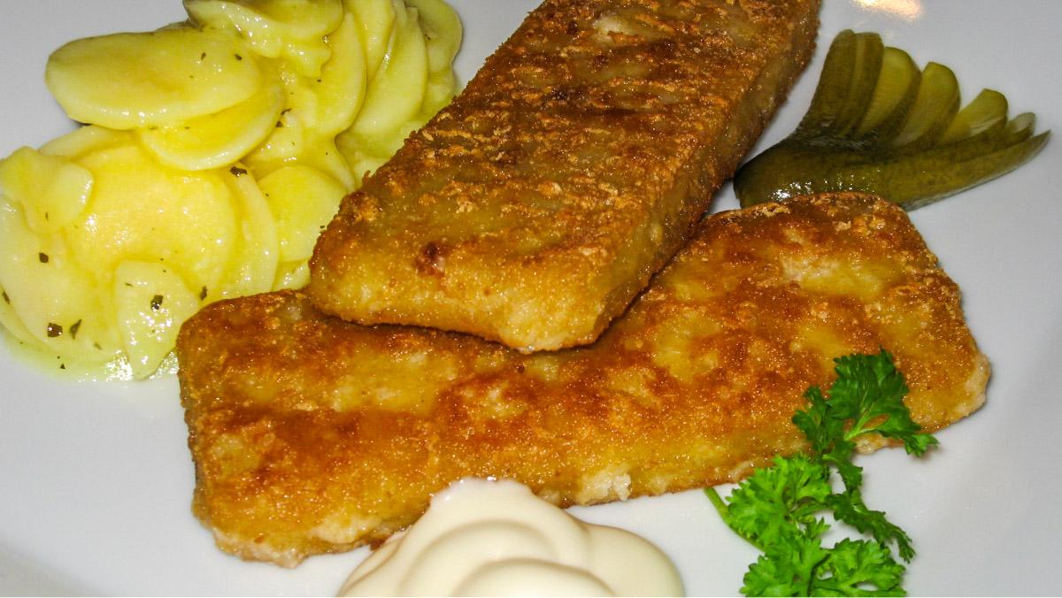 Knusper-Fischfilet mit Kartoffel-Gurkensalat