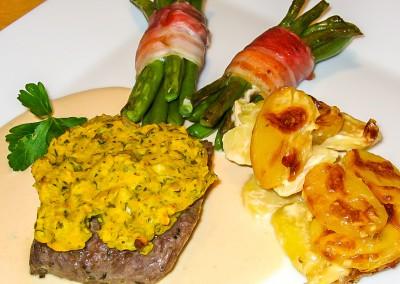 Lammsteak mit Senfkruste auf Knoblauchsoße mit Bohnenbündchen und Kartoffelgratin
