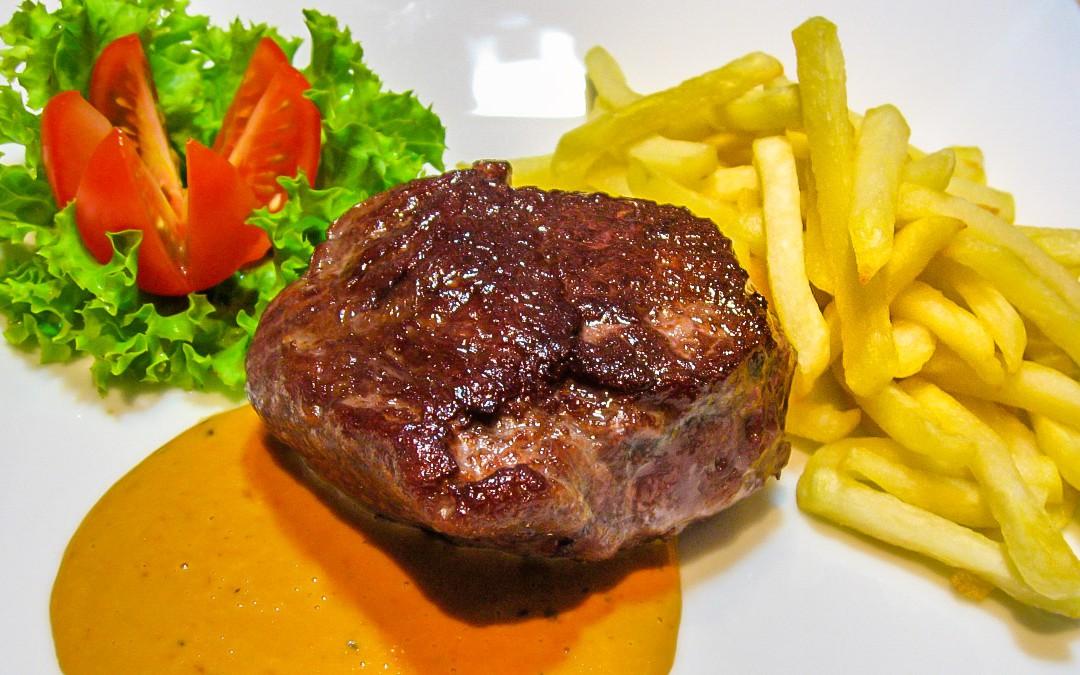 Rinderhüftsteak mit Pfeffersoße mit Pommes frites und Salat