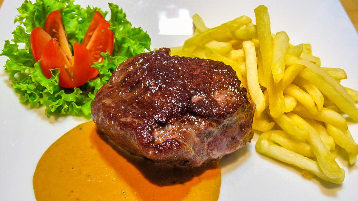 Rinderhueftsteak mit Pommes frites und Salat