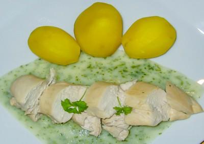 Gekochtes Hähnchenbrustfilet auf Kräutersoße mit Salzkartoffeln