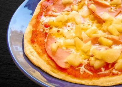 Selbstgemachte Pizza mit gekochten Schinken und Ananas