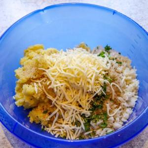 Kartoffel, Blumenkohl, Eigelb, Blattpetersilie, Gewürze, geriebener Käse