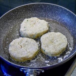 Die Taler werden in Butter Ausgebacken