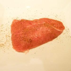 Das Fleisch mit Salz & Pfeffer von beiden Seiten würzen