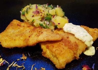 Panierter Seelachs mit Sauce Tartar und Kartoffelsalat