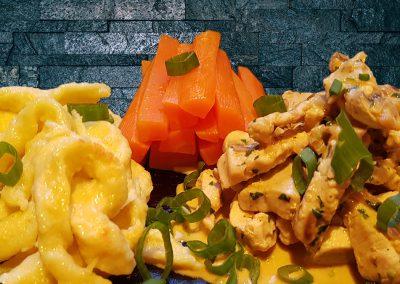 Puten-Champignon-Geschnetzeltes mit Karotten und Spätzle