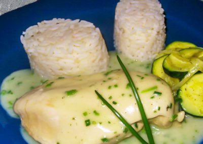 Gekochtes Putenbrustfilet mit Schnittlauchsoße, Zucchini und Reis