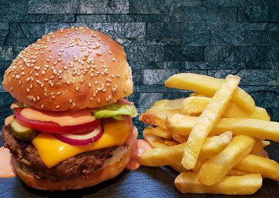 Burger mit Käse und Pommes frites