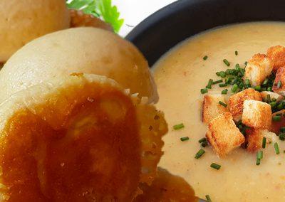Dampfnudeln mit Kartoffelsuppe und Vanillesoße