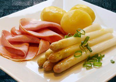 Spargel mit gekochtem Schinken  zerlassener Butter und Salzkartoffeln