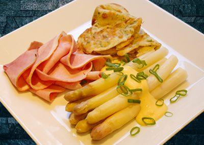 Spargel mit gekochtem Schinken, Sauce Hollandaise und Kräuterpfannkuchen