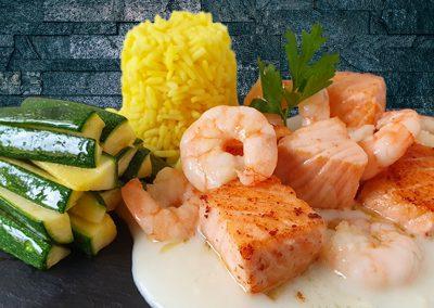 Lachs & Riesengarnelenschwänze auf Weißweinsoße mit Zucchini und Reis